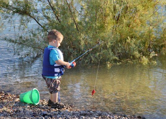 Glume cu pescari și vânători