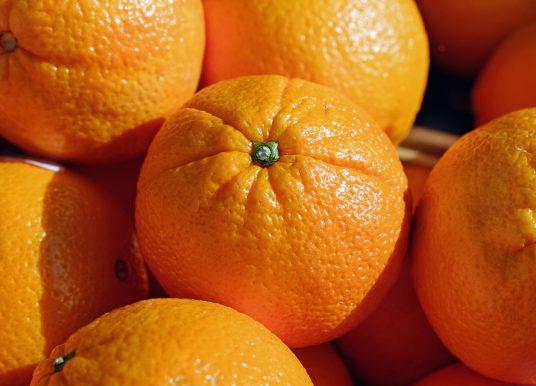 Experiment: De ce portocala mai grea plutește în apă?